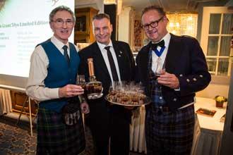 Dennis Malcolm, Master Distiller von Glen Grant präsentiert den 50 Jahre alten Whisky.