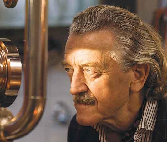 Dieter Meier beim destillieren seines Gins Ojo de Agua