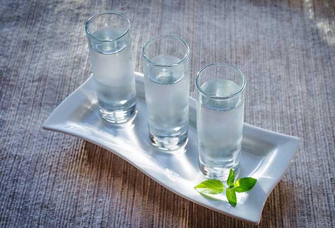 Wodkagläser gefüllt.
