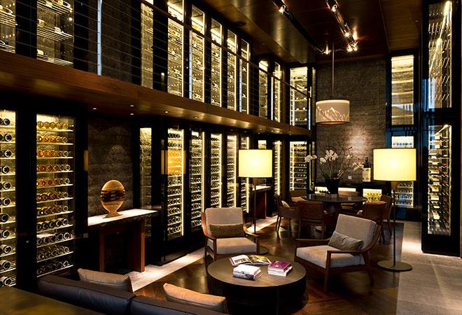 Der fünf Meter hohe, verglaste Weinschrank im Chedi Andermatt.