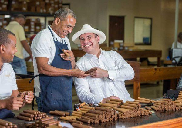 Davidoff CEO Beat Hauenstein in einer Zigarrenherstellung